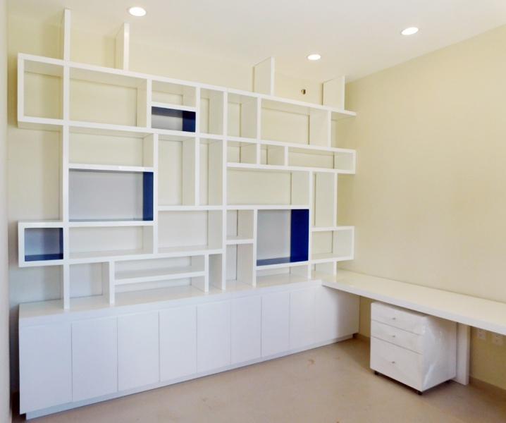 paredes interiores en color azul acabado mate modulo inferior con puertas abatibles dos cajoneras con cajones cada uno con correderas de extension